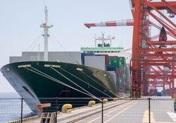 港の貨物と船の写真
